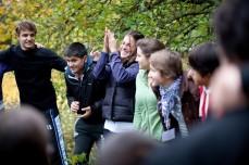 Wir stärken Optimismus und Selbstvertrauen, Zsófia Schmitz im Garten der WWF Bildungswerkstätte Seewinkelhof mit SchülerInnen ((c) Lukas Ilgner - www.lukasilgner.at)